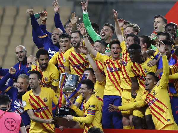 Futbalisti FC Barcelona oslavujú zisk Copa del Rey