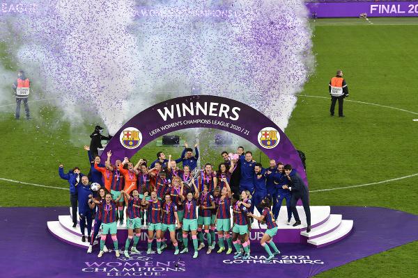 Futbalistky Barcelony sa tešia zo zisku trofeje