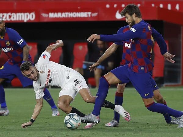 Gerard Piqué (vpravo) v súboji o loptu