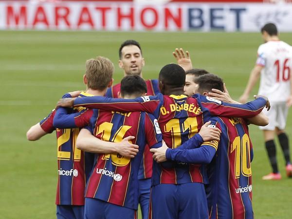 Futbalisti FC Barcelona oslavujú gól