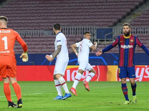 Kylian Mbappé sa pozerá na rozhodcov a vpredu Jordi Alba