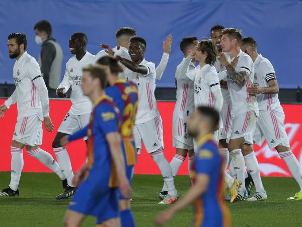 Gólová radosť hráčov Realu Madrid. V popredí sklamaní hráči FC Barcelona.