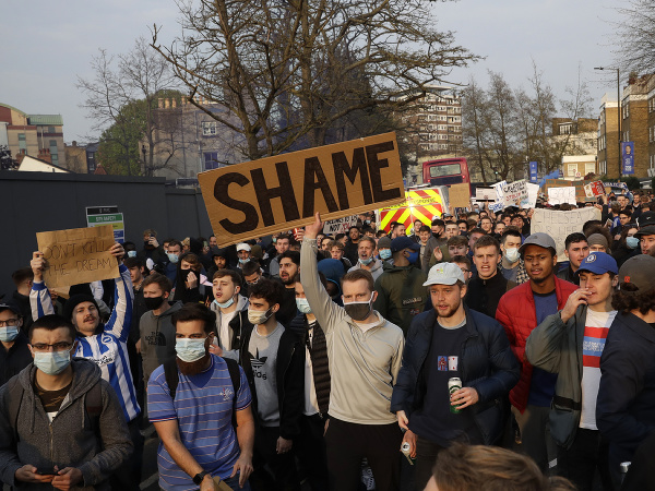 Fanúšikovia Chelsea protestujú pred štadiónom Stamford Bridge