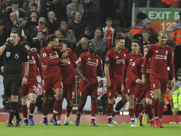 Roberto Firmino (9) so spoluhráčmi oslavuje svoj prvý gól v zápase