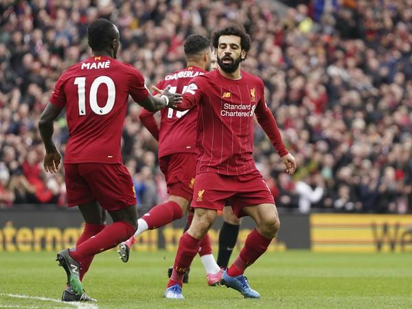 Hráč Liverpoolu Mohamed Salah (vpravo) oslavuje gól, vľavo je jeho spoluhráč Sadio Mane počas zápasu anglickej futbalovej Premier League Liverpool - Bournemouth