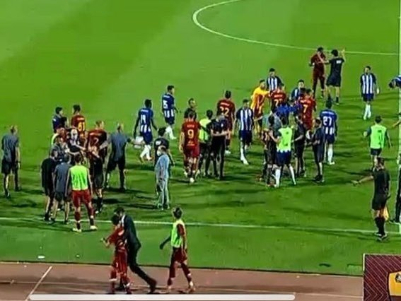 Pepe v ostrom súboji s Henrikhom Mkhitaryanom