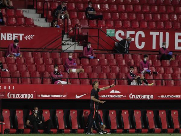 Kouč Julen Lopetegui a hráči Sevilly v hľadisku