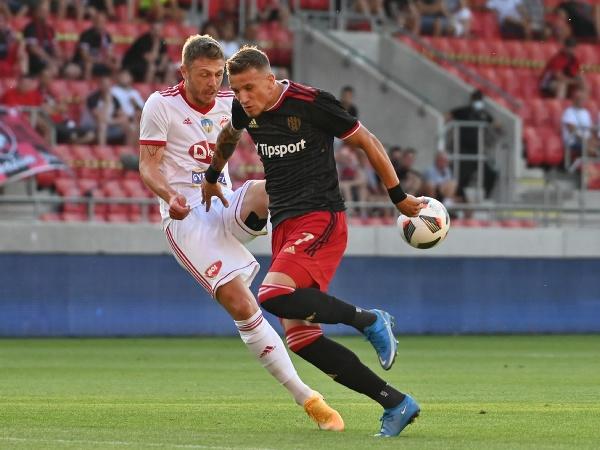 Hráč Trnavy Milan Ristovski a hráč Sepsa OSK Bogdan Mitrea bojujú o loptu