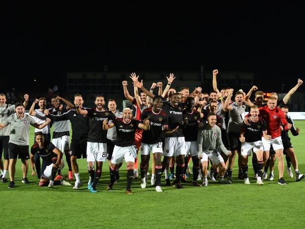Na snímke radosť hráčov Trnavy a realizačného tímu po postupe do 3. predkola