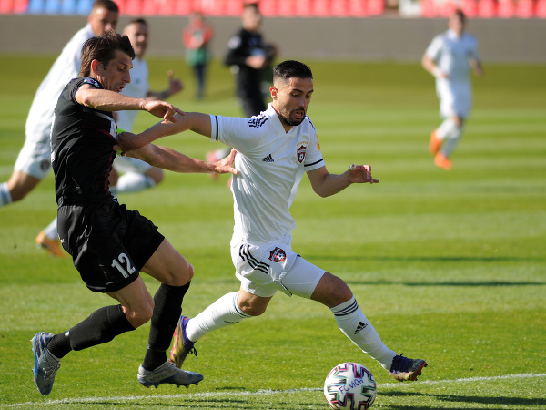 Zľava: Martin Chren z FC ViOn Zlaté Moravce-Vráble a Daniel Iglesias Gago z FC Spartak Trnava