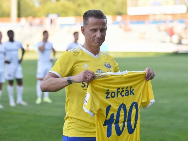 Na snímke kapitán Michaloviec Igor Žofčák s dresom za 400 odohraných zápasov