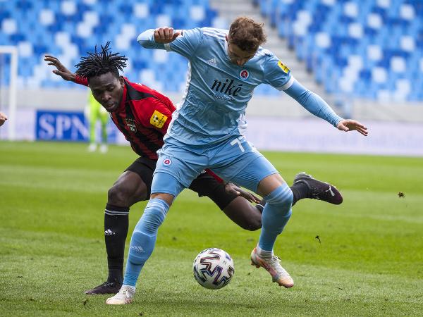 Zľava Yusuf Bamidele (Spartak) a Aleksandar Čavrič (Slovan)