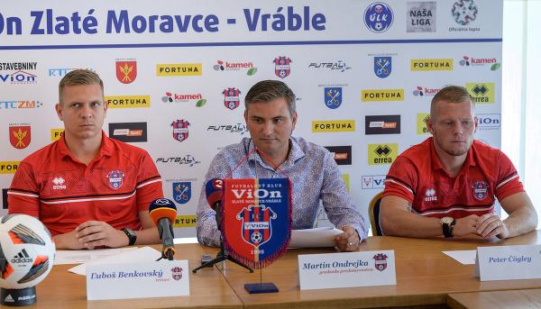Na snímke zľava tréner mužstva Ľuboš Benkovský, predseda predstavenstva Martin Ondrejka a kapitán mužstva Peter Čögley počas tlačovej konferencie