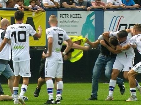 Jan Silný sa v derby dostal do bitky s fanúšikom