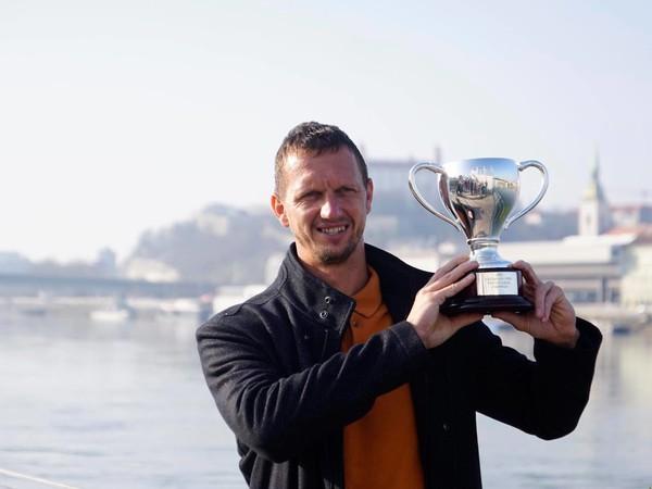 Filip Polášek pózuje s trofejou z Australian Open