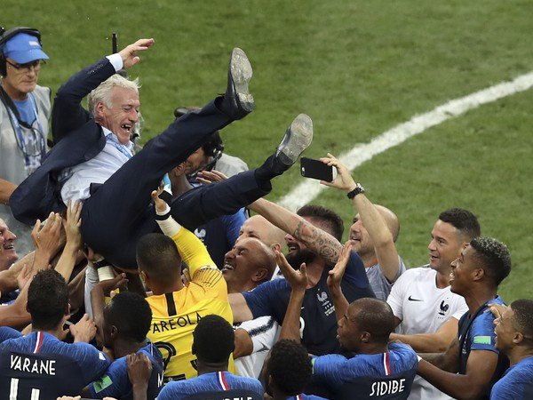 Didier Deschamps nad hlavami svojich zverencov