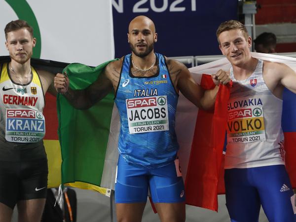 Slovenský šprintér Ján Volko (vpravo) získal bronzovú medailu vo finále na 60 m na halových majstrovstvách Európy v poľskej Toruni 6. marca 2021. Vyhral Talian Lamont Marcell Jacobs (uprostred) vo svetovom výkone roka 6,47 s a striebro získal Nemec Kevin