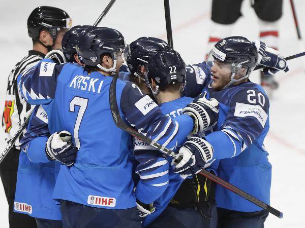 Fínski hokejisti sa radujú z finálového gólu