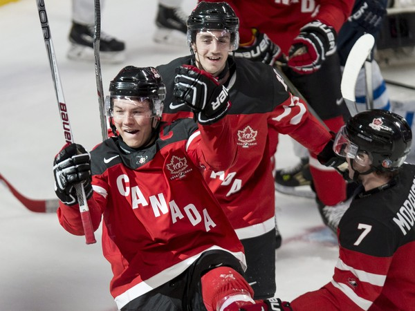 Curtis Lazar, Nic Petan a Josh Morrissey oslavujú gól Kanady