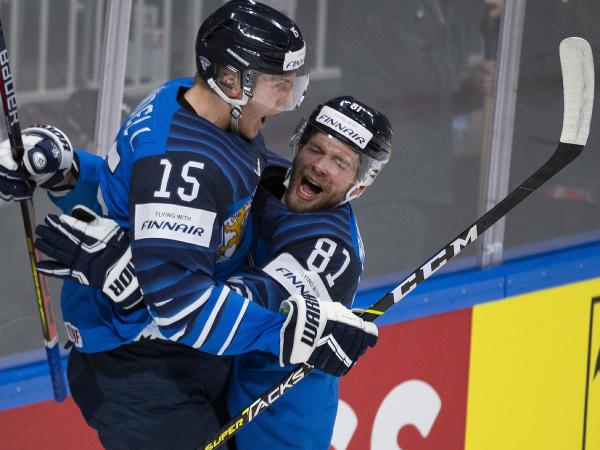 Na snímke zľava Anton Lundell a Iiro Pakarinen (Fínsko) sa tešia z gólu