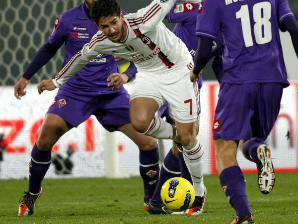 Hráči Fiorentiny (vo fialovom) v poslednom ligovom vystúpení v Serie A proti milánskemu AC (19.11.)