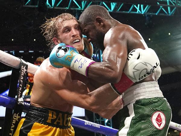 Exhibičný zápas medzi Floydom Mayweatherom a Loganom Paulom nemal víťaza