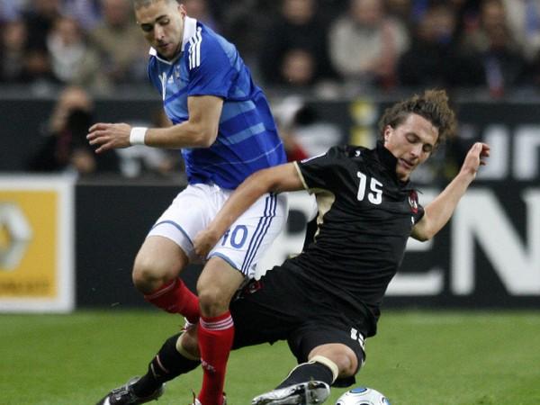 Julian Baumgartlinger v súboji s Karimom Benzemom