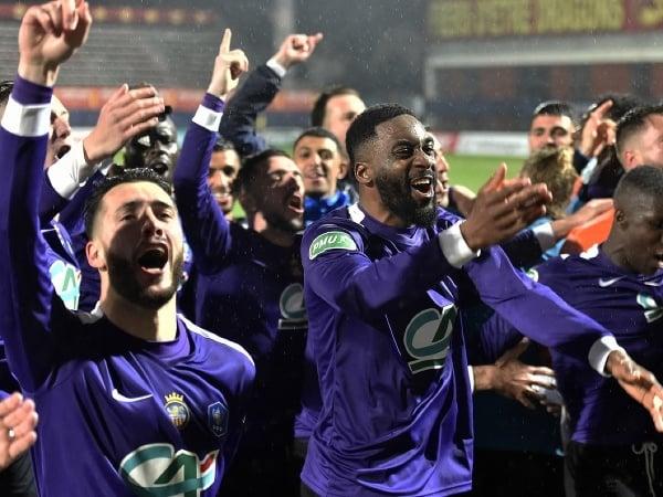 Radosť hráčov amatérskeho tímu Canet-en-Roussillon po postupe cez Olympique Marseille