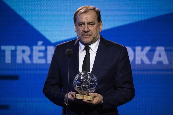 Na snímke Vladimír Weiss st. s Cenou Jozefa Vengloša pe najlepšieho trénera 2020