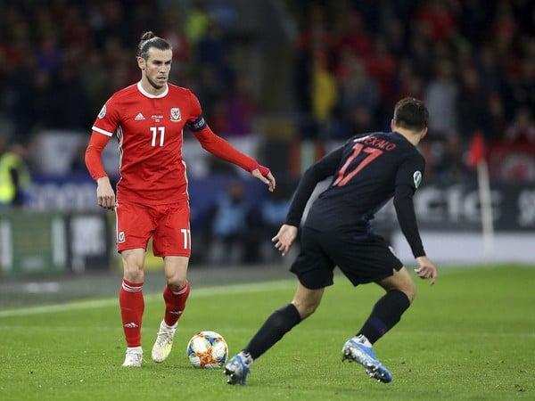 Gareth Bale s loptou