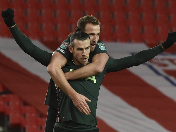 Gareth Bale a Harry Kane oslavuju gól do siete Stoke