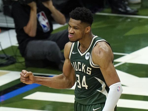 Basketbalista Milwaukee Bucks Giannis Antetokounmpo sa teší po strelení koša