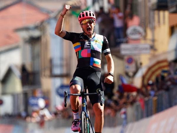 Alberto Bettiol oslavuje triumf v 18. etape Giro d'Italia