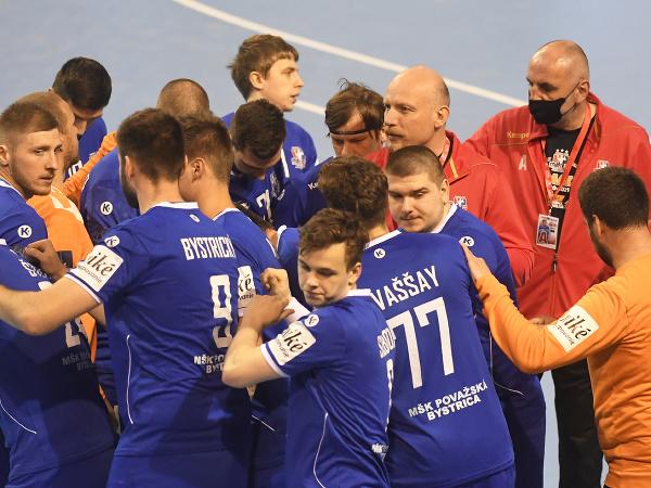 Hráči Považskej Bystrice počas prvého finálového zápasu play off Niké Handball extraligy mužov
