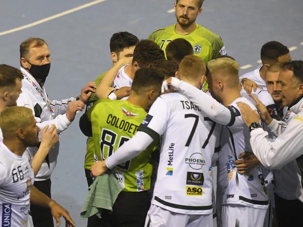 Hráči Prešova, vpravo tréner Slavko Goluža počas prvého finálového zápasu play off Niké Handball extraligy mužov