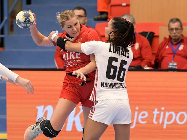 Zľava Simona Szarková (Slovensko) a Viktória Lukácsová (Maďarsko) počas zápasu v 5. skupine druhej fázy kvalifikácie ME 2022 v hádzanej žien Slovensko - Maďarsko