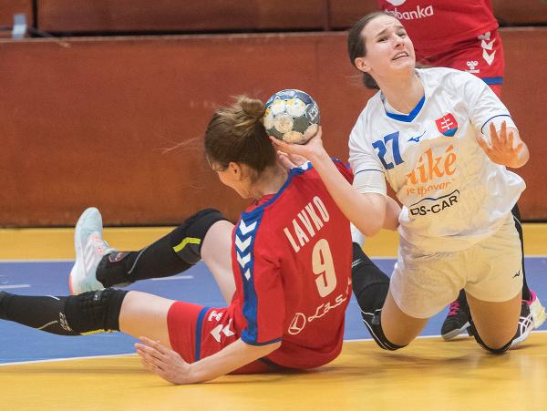 Vpravo Natália Némethová (Slovensko) a vľavo Jelena Lavková (Srbsko) v prvom zápase baráže o MS 2021 v Španielsku v hádzanej žien