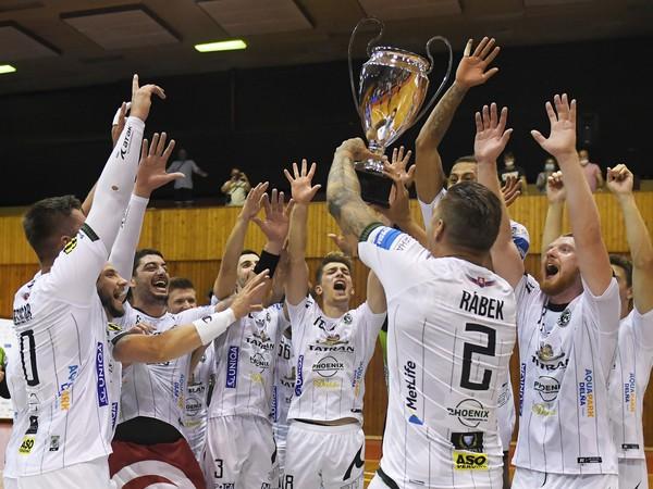 Na snímke hráči Tatrana Prešov sa tešia s trofejou po triumfe nad MŠK Považská Bystrica