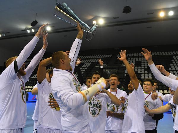 Víťazné mužstvo Tatranu, s pohárom kapitán mužstva Oliver Rábek v treťom zápase finále play off Niké Handball Extraligy mužov