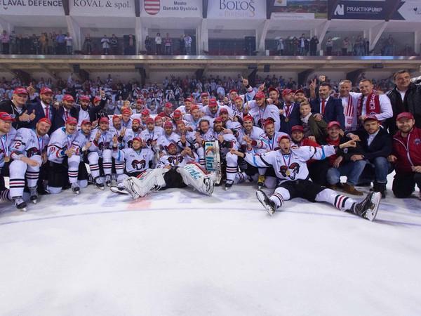 Hráči HC'05 iClinic Banská Bystrica oslavujú zisk historicky prvého majstrovského titulu