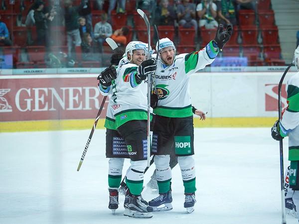 Radosť hráčov HC Energie Karlovy Vary z gólu