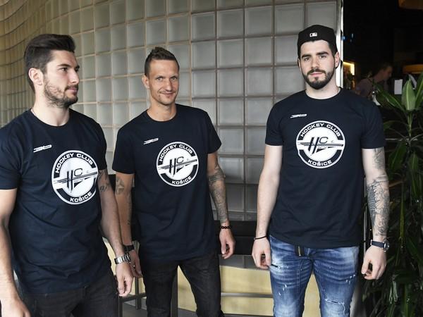 Hokejové posily tipsportligového HC Košice, zľava Dávid Skokan, Michal Chovan a Jurij Repe