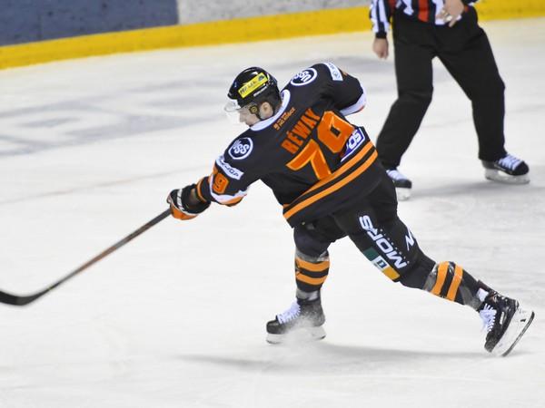Na snímke strieľa Martin Réway (HC Košice)