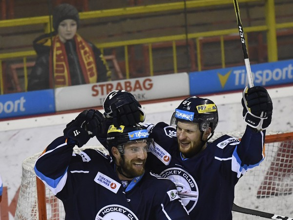 Michel Miklík (vľavo) sa raduje z gólu