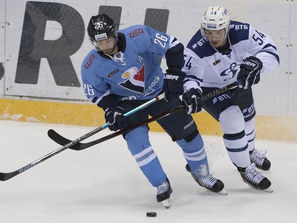 Na snímke vľavo Michal Řepík (Slovan) a vpravo Vitalij Menšikov (Dynamo)
