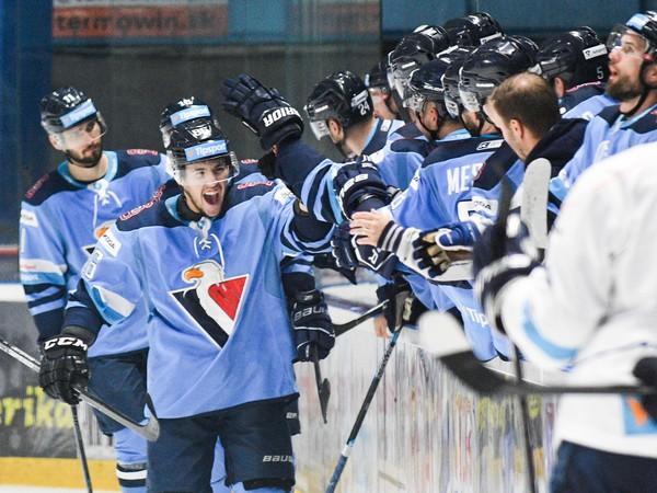 Hráči HC Slovan Bratislava sa tešia po góle