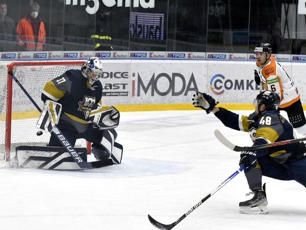 Brankár HC Slovan Bratislava Kristers Gudlevskis inkasuje prvý gól