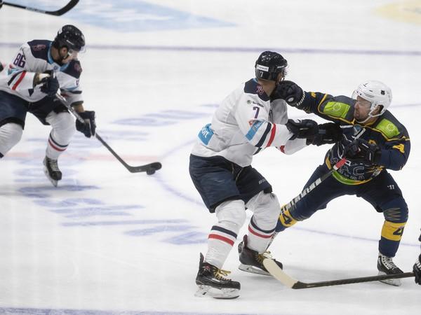Na snímke sprava Scott Macaulay (Újbuda), Michal Sersen a Roman Žitný (obaja Slovan) počas zápasu 8. kola Tipsport Ligy HC Slovan Bratislava - MAC Újbuda