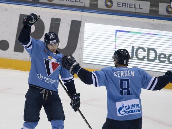 Na snímke vľavo Rudolf Červený oslavuje gól,  vpravo jeho spoluhráč Michal Sersen (obaja Slovan)