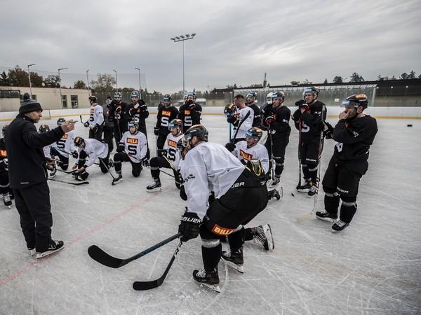 Hokejisti Sparty počas tréningu v Dobříši